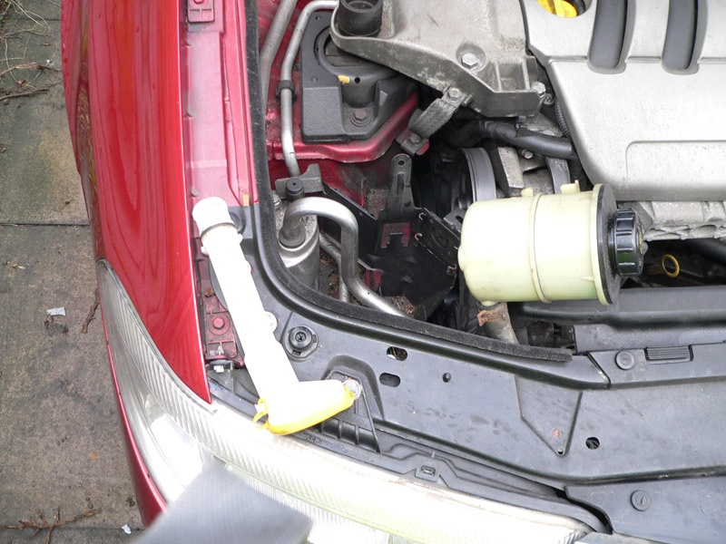 Click image for larger version  Name:(6) Steering bottle hoses are squeezed behind steelwork next to radiator as per picture. Grip th.JPG Views:3790 Size:169.4 KB ID:12428